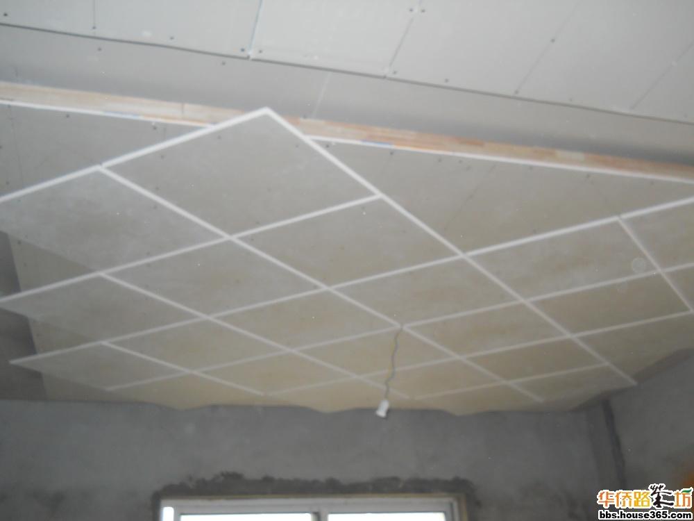 主卧吊顶有点模样,木工师傅很认真,为使菱形线条有立体感,一块一块地