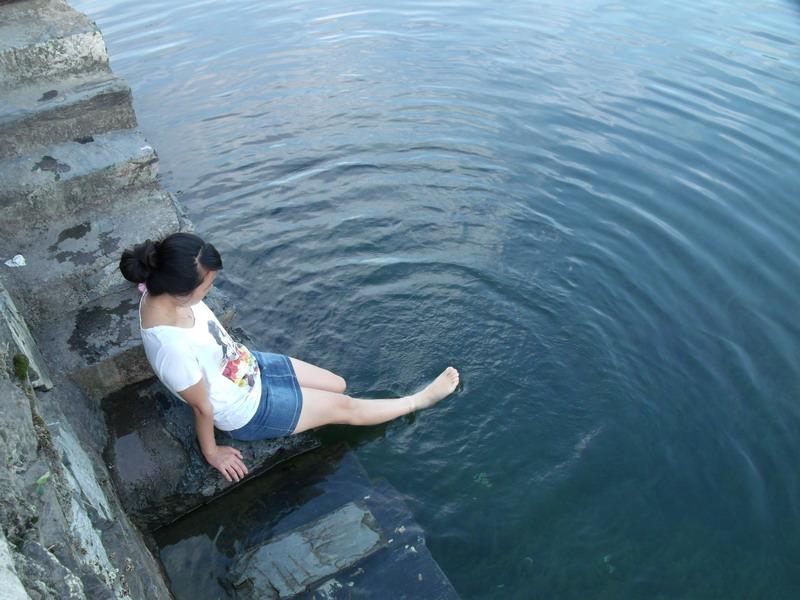 夏日姑娘在河边戏水