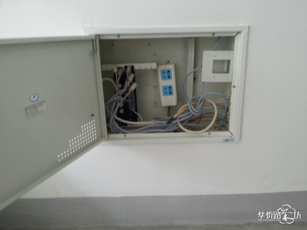 发现空鼓~  施耐德的强电箱和断路器~用短路检测器测得厨房、卫生间、空调插座是单独回路,符合规范  弱电箱,接线都到位了,还配了插座,这点上银城比很多开发商厚道  最新款大屏触摸Pad?山寨机?其实是触摸可视门禁对讲机  因为是跃层,所以配的是子母机,可惜子机不是触屏的啦