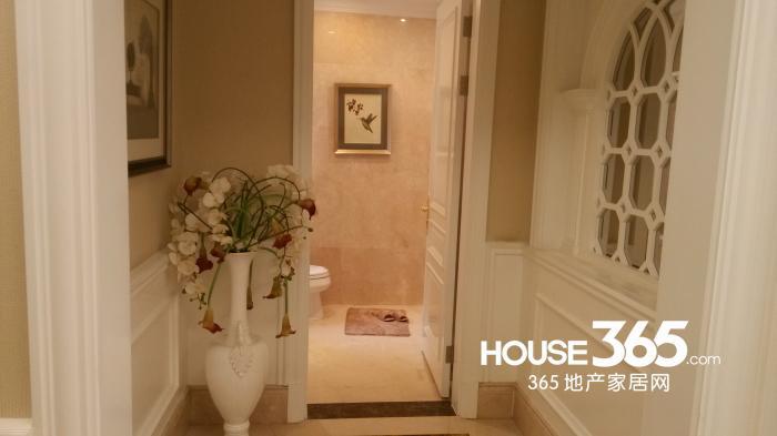 一楼公共洗手间,白色的基调加上镂空的雕花