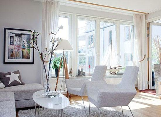 设计巧妙的椅子,别有特色的盆栽设计,容量大的落地窗采光效果,带有
