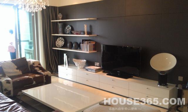 做了不銹鋼墻面裝修,原來的廚房隔墻已改成合理實用的吧臺和收納柜.