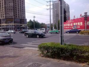 黄岳路口西环中心广场超大卧室,朝南大阳台,装修了2米的床,