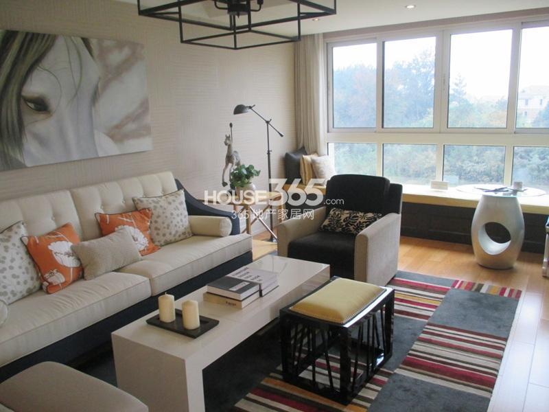 新湖果岭128方西边套样板房客厅