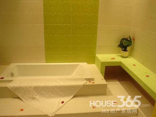 卫生间地砖效果图:温馨,喜气,暖色调的装修,搭配时下流行的大木桶,氤