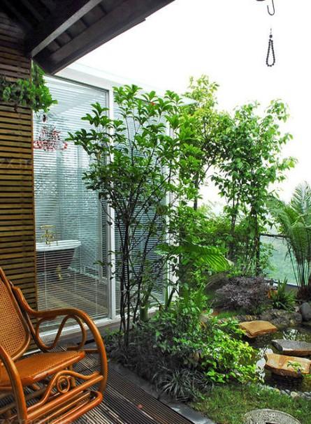 家居阳台装修效果图:花园与浴室采用透明的玻璃门隔开,在泡澡时也